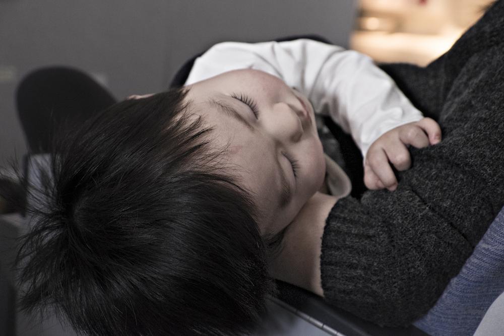 寝る子ども