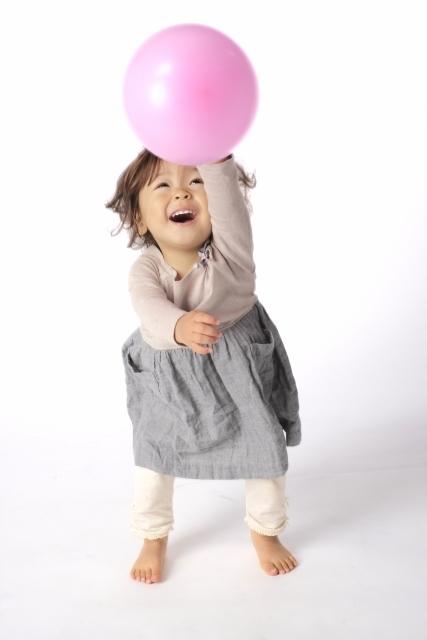 風船で遊ぶ子ども