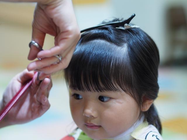 前髪をカットする女の子