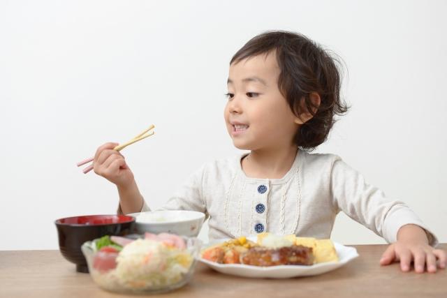 お箸を持つ子ども